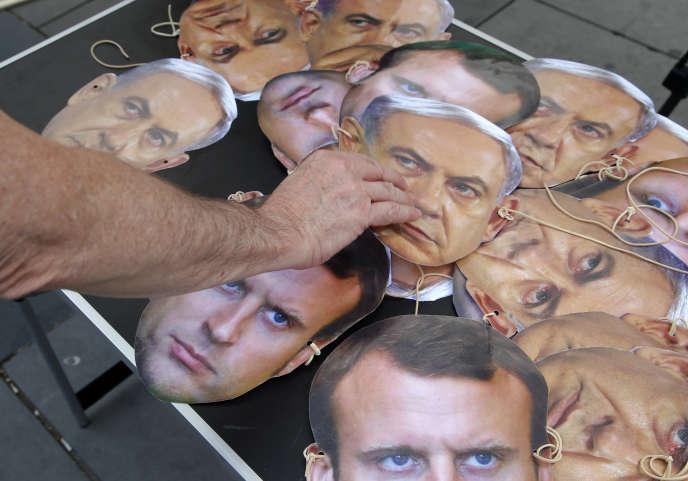 Un militant pro-palestinien distribue des masques pour protester contre la visite de Benyamin Nétanyahou en France, à Paris le 15 juillet.