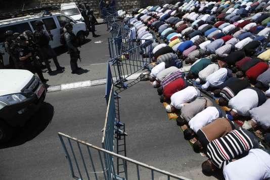 Des musulmans prient face aux forces de l'ordre devant la porte du Lion, l'accès à l'esplanade des Mosquées étant interdit, à Jérusalem le 14 juillet.