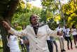 Alfawy danse sur la musique de ses compatriotes, les Soudan Célestins Music, lors de leur concert au parc des Bourrins, à Vichy, pour la soirée du 14-Juillet.