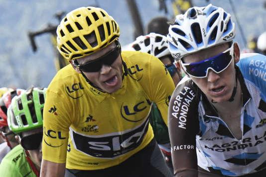 Romain Bardet devant le maillot jaune, Christopher Froome lors de 15e étape du Tour de France entre Laissac-Severac l'Eglise et Le Puy-en-Velay , le 16 juillet. (Jeff Pachoud, Pool photo via AP)