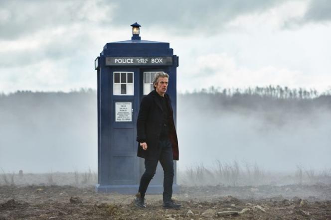 Peter Capaldi, interprète du 12ème Docteur, devant le Tardis.