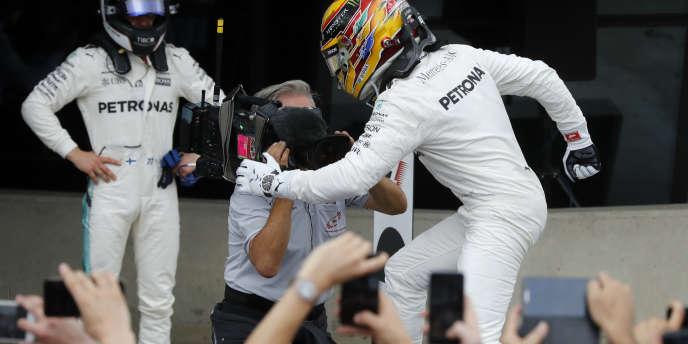 Lewis Hamilton marche sur la foule sous les yeux de son coéquipier Valtteri Bottas.
