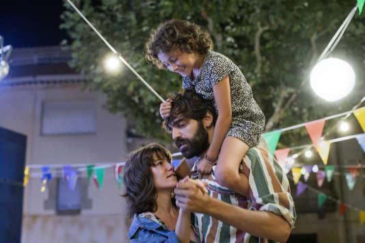 La jeunes Frida (Laia Artigas) et ses nouveaux parents, Esteve (David Verdaguer) et Marga (Bruna Cusi).