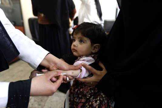 Une jeune Yéménite reçoit une dose de vaccin contre la polio, en février2017, dans la capitale Sanaa.