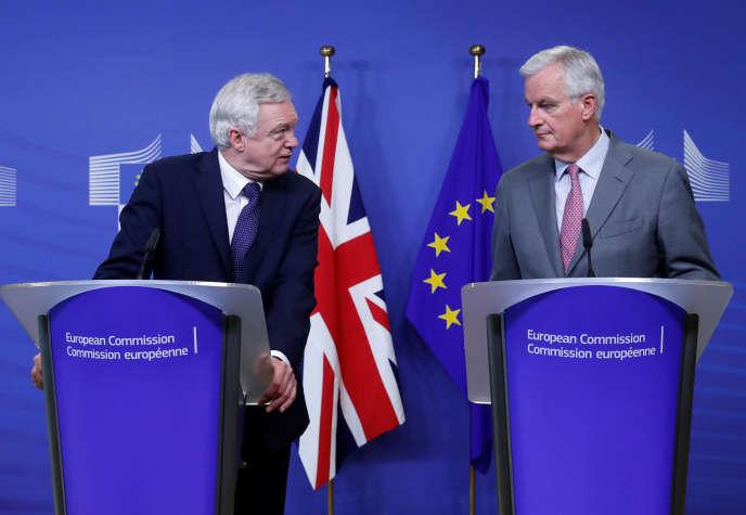 Le ministre britannique chargé du Brexit, David Davis, et le négociateur en chef de l'UE, Michel Barnier, lors du deuxième round de négociations à Bruxelles le 17 juillet.
