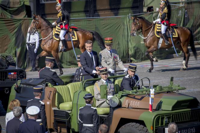 Emmanuel Macron, président de la République, et Pierre de Villiers, chef d'état-major des armées, passent les troupes en revue au cours du traditionnel défilé militaire du 14 juillet.