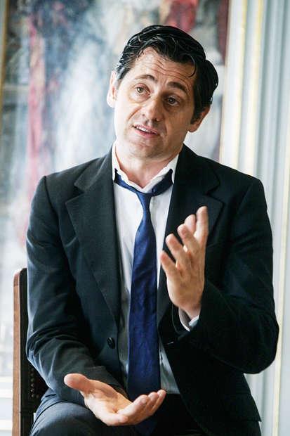 Surfant sur la vague de renouvellement de la fin de l'ère Chirac, Py fait des plans sur la comète. Après avoir postulé au Festival d'Avignon, le voilà à la tête du Théâtre national de l'Odéon. Sans cacher son ambition de devenir un jour ministre de la culture. Pourquoi pas ? Même si la cravate portée lâche, sans doute en clin d'œil à l'illustre danseur du xviie siècle Louis Pécour, inventeurdu gimmick, risque fort de desservir sa candidature…