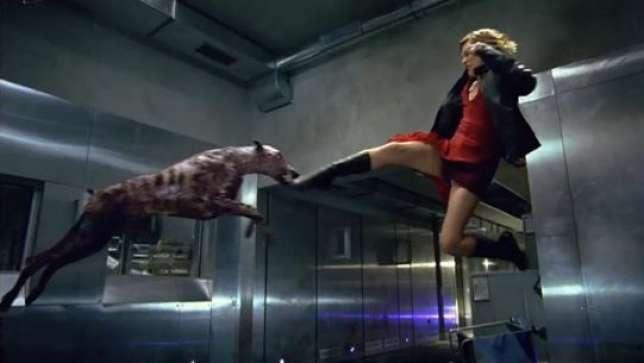 Milla Jovovich se bat contre un zombie-dobermann, dans le film« Resident Evil» de Paul W. Anderson.