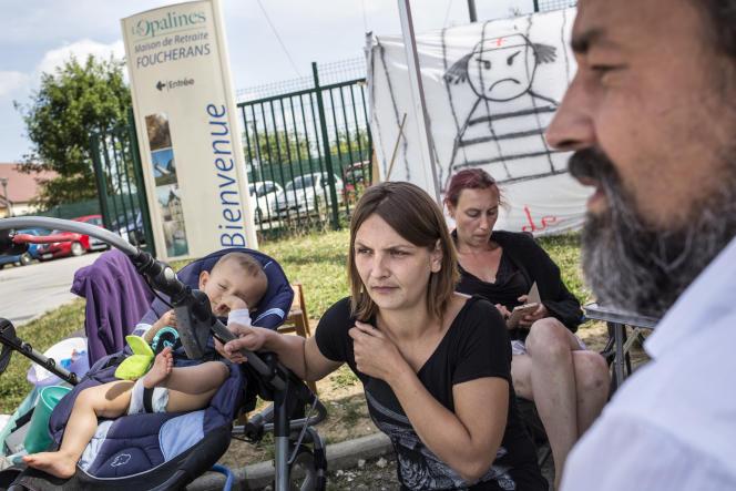 A l'EHPAD Les Opalines à Foucherans (Jura), le 16 juin. Une partie du personnel est en grève depuis plus de 100 jours.