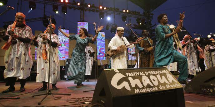 La troupe de Bassekou Kouyaté sur la scène du Festival gnaoua et des musiques du monde d'Essaouira, au Maroc,en juin 2014.