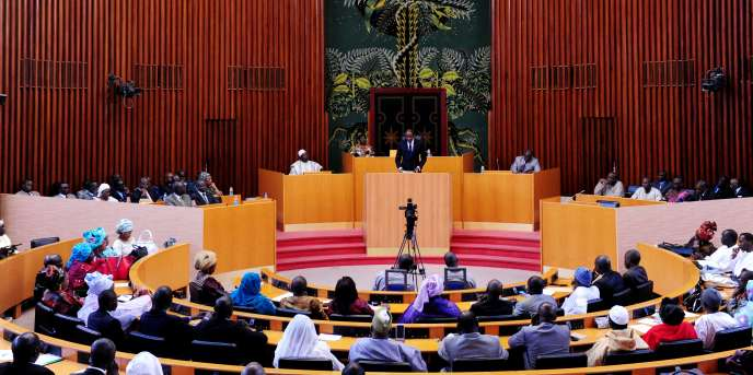 Débats à l'Assemblée nationale sénégalaise à Dakar, en janvier 2013. La nouvelle législature, élue le 30 juillet 2017, s'ouvrira avec15 députés supplémentaires pour représenter les Sénégalais établis à l'étranger.