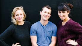 De gauche à droite : Julia Mitton,Harry Cummins et Laura Vidal à la tête duParis Popup.