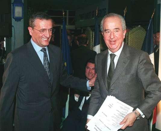 Le président de l'UDF, François Léotard, accompagne vers la tribune l'ancien premier ministre Edouard Balladur, à Antibes le 24février 1998.