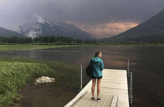 L'incendie dans le parc national de Kootenay (Colombie-Britannique) est visible depuis les lacs Vermillion près de Banff, en Alberta, le 16 juillet.
