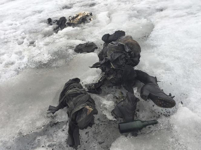 Les corps ont été retrouvés proches l'un de l'autre, avec à leurs côtés des sacs à dos, une bouteille, un livre et une montre.