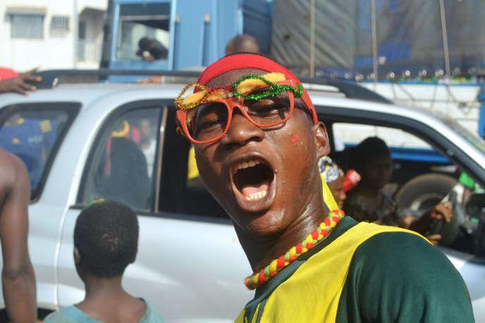 Dans les rues de Conakry, un homme porte fièrement les couleurs de la Guinée pendant la Coupe d'Afrique des nations en janvier 2015.