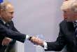 Le président Donald Trump serre la main du président Vladimir Poutine pendant leur réunion bilatérale au sommet du G20 à Hambourg, le 7juillet 2017.