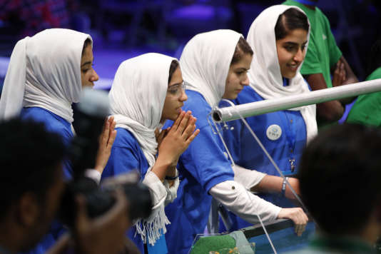 L'équipe afghane a été très médiatisée. Leur demande de visa a été refusée deux fois et les jeunes filles n'ont pu participer qu'à la dernière minute, après que Donald Trump est intervenu en leur faveur.