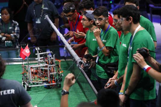 La team Iran participe à la compétition du First Global Robotics Challenge. Ils doivent coopérer avec deux autres équipes pour marquer le plus de points.