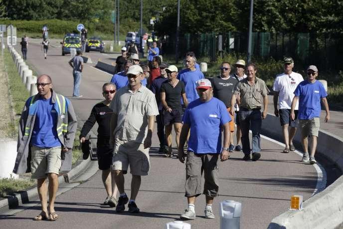 Des salariés de GM&S bloquaient l'accès au site Renault de Villeroy, lundi 18 juillet.