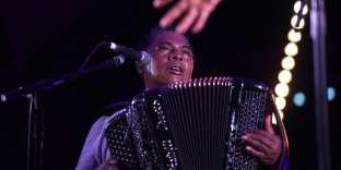 L'accordéonniste malgache Regis Gizavo le 17 juin 2017, à Toulouse, au Rio Loco Music Festival.