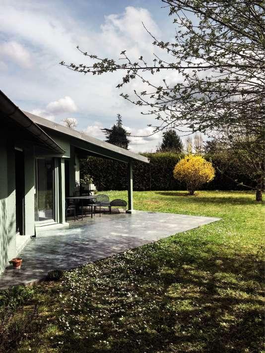 José Lévy a repeint l'extérieur de sa maison en vert afin qu'elle se fonde dans la nature.