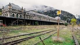 Nichée dans les Pyrénées espagnoles, la ligne Pau-Canfranc a rencontré des avaries techniques jusqu'à un accident fatal, en 1970, qui a entraîné sa fermeture.