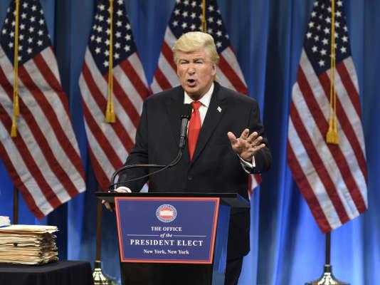 Le comédien Alec Baldwin caricature le président américain Donald Trump, dans l'émission « Saturday Night Live» sur NBC, le 14 janvier.