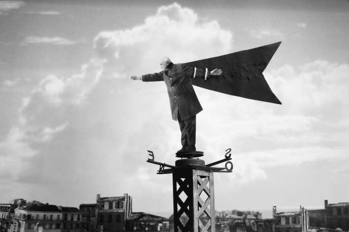 « Le Vent se lève » (2002), de Gilbert Garcin.Gilbert Garcin est né à La Ciotat (Bouches-du-Rhône) en1929.Il vit et travailleà Marseille. C'est à l'âge de la retraite qu'il découvre le photomontageen noir et blanc, où il se met en scène, jouant avec les codes artistiques et l'autodérision.