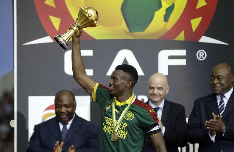 En février 2017 à Libreville, Benjamin Moukandjo lève le trophée de la CAN 2017 après la victoire en finale de son pays, le Cameroun, contre l'Egypte