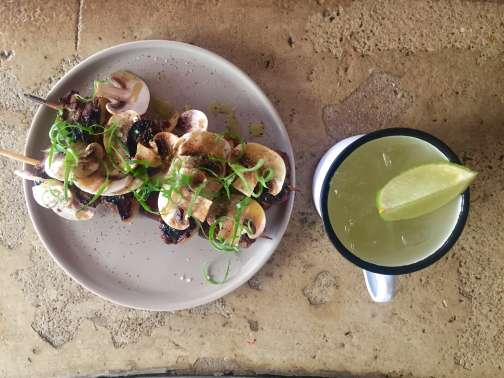 Brochettesde faux-filet de bœuf, oignons et aubergines, champignons, marinade au sirop d'érable et sauce soja. Cocktail« La mule bottée» à base de vodka, de martini et de liqueur de bergamotte.
