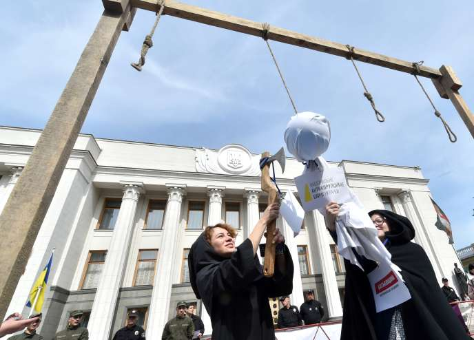 Des militants anticorruption lors d'une manifestation en soutien du Bureau national anticorruption (NABU), devant le Parlement ukrainien, le 16 mai à Kiev.