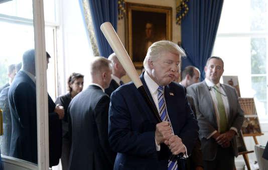Donald Trump examine des produitsmade in America, à la Maison Blanche.