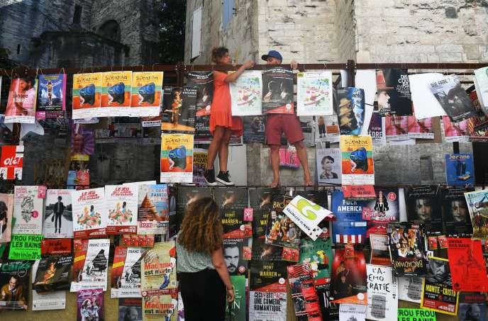 Dans les rues d'Avignon, affiches des spectacles programmés à l'occasion du festival, le 5 juillet.