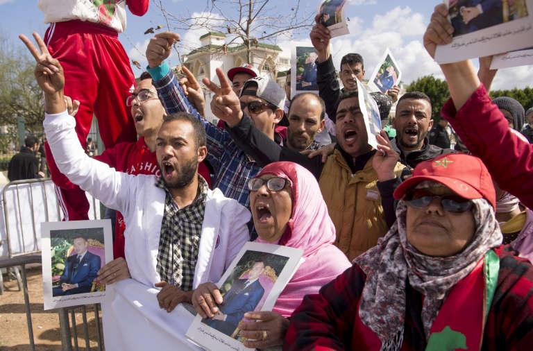 Devant la cour d'appel de Salé, le 13 mars 2017, desMarocains protestent contre les personnes accusées du meurtre de 11 soldats et gendarmes tués en 2010 dans le camp de Gdeim Izik, près de la ville de Laayoune, au Sahara occidental.