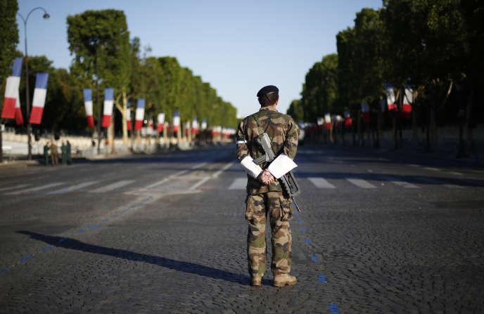 Patrouille sur l'avenue des Champs-Elysées, à Paris le 14 juillet.