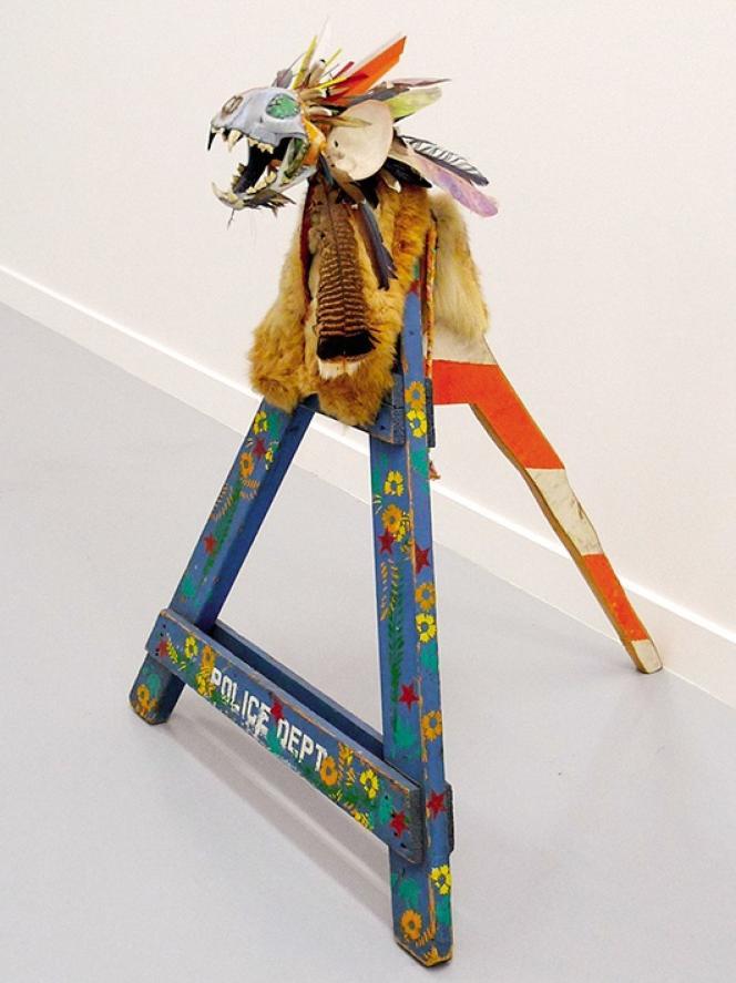 Accusé de « fraude ethnique », l'artisteaméricain Jimmie Durham ne peutplus se revendiquer d'origine cherokee.Ici, son œuvre Tlunh Datsi (1985).