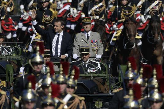 Emmanuel Macron et le général Pierre de Villiers, sur les Champs Elysees, à Paris, le 14 juillet.