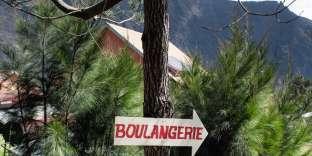 La Réunion dévoile un relief abrupt, façonné par l'érosion et ses deux plus importants volcans, le piton des Neiges et le piton de la Fournaise, encore en activité. A 1 400m d'altitude, les Hauts de l'île dissimulent le cirque de Mafate, qui abrite ici le village de la Nouvelle.