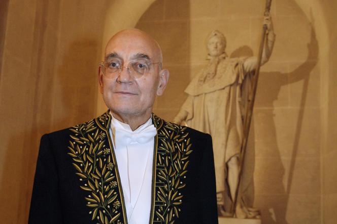 L'écrivain et académicien Max Gallo, le 31 janvier 2008 à l'Académie française, à l'issue de son discours de réception en présence du président Nicolas Sarkozy.