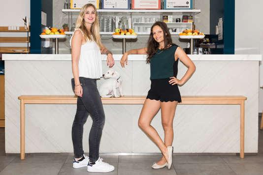 Elodie, à gauche, et Shéhrazade, à droite, dans leur restaurant dont la cuisine se fait à partir de« légumes moches», autrement dit non calibrés zéro défaut.