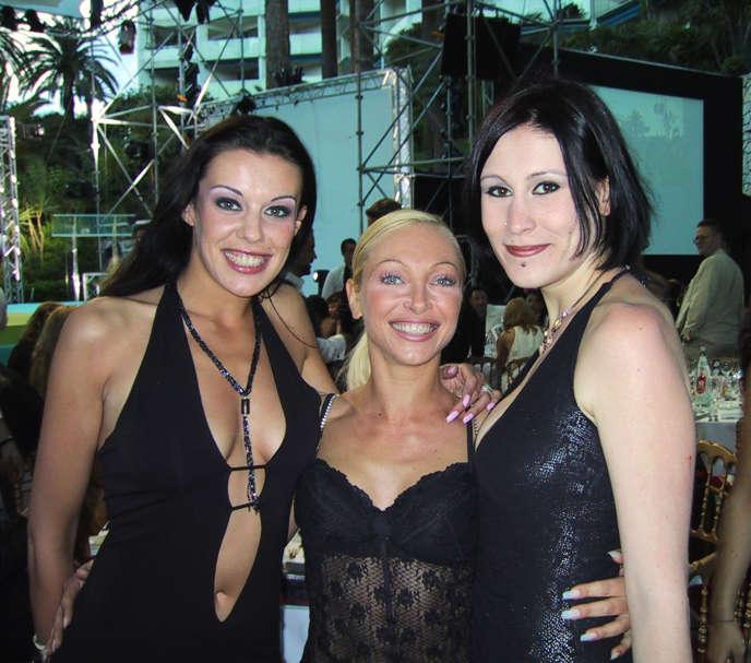 De gauche à droite : les stars du porno Estelle Desanges,Nomi et Ovidie, lors de la 10eédition du Hot d'or, à Cannes, en 2001.