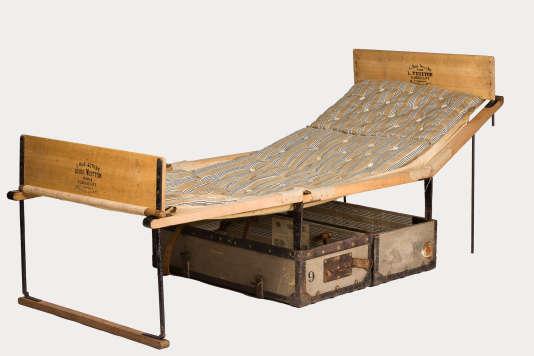 Cette malle-lit est aussi appelée «malle Brazza» en référence à l'explorateurPierre Savorgnan de Brazza(1852-1905) : il en avait commandé deux à Louis Vuitton, pour une mission au Congo. L'exemplaire conservé au Musée du bagage date de 1868, c'est la plus ancienne malle-lit Louis Vuitton connue à ce jour.