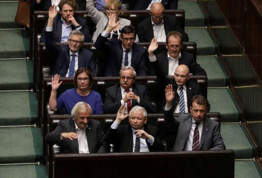 Le président du PiS, Jaroslaw Kaczynski (au milieu du premier rang), à Varsovie, le 20 juillet.