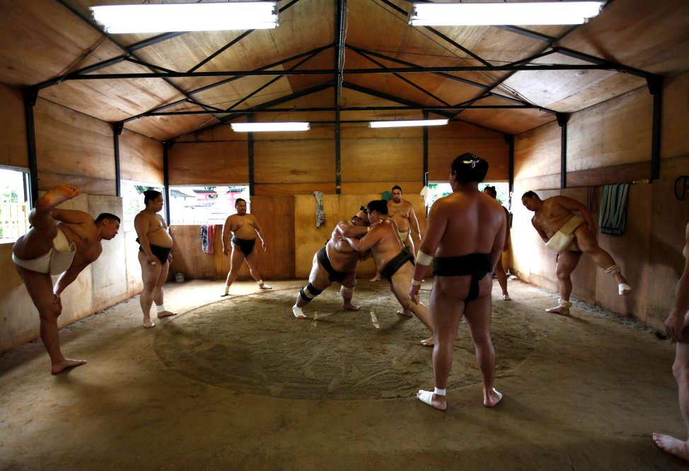 Tomozuna Oyakata, d'origine mongole,entraîne onze lutteurs dans son écurie, au temple Ganjoji Yakushido, à Nagoya.