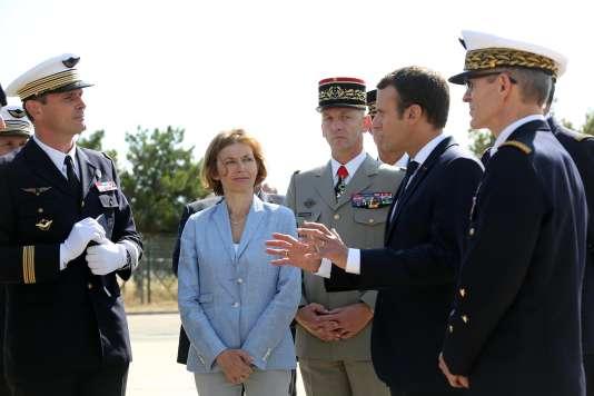Emmanuel Macron, le général Lecointre et la ministre de la défense Florence Parly, en visite sur la base aérienne d'Istres, le 20 juillet.