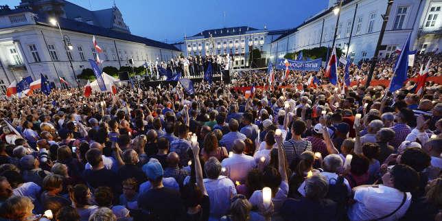 Opposants devant le palais présidentiel, le 20 juillet 2017.
