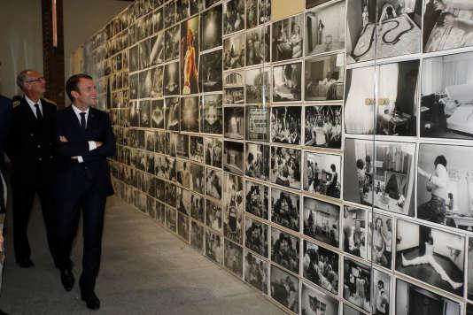 Emmanuel Macron, lors de la visite d'une exposition consacrée à l'oeuvre d'Annie Leibovitz, à la fondation LUMA, à Arles, en juillet 2017.