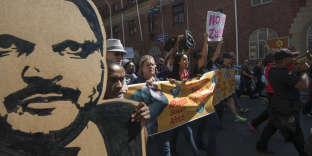 Des manifestants brandissent un portrait d'un des frères Gupta, symbole de la prédation économique en Afrique du Sud, au Cap, le 7 avril 2017.