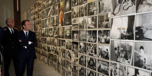 Emmanuel Macron le 19 juillet à Arles, lors d'une visite de l'exposition de la photographe Annie Leibovitz, à la Fondation Luma.